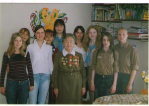 Екатерина Павловна Папст среди воспитанников клуба «Кедр».
