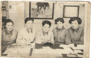 Зубакова Александра (вторая слева) 1942 год